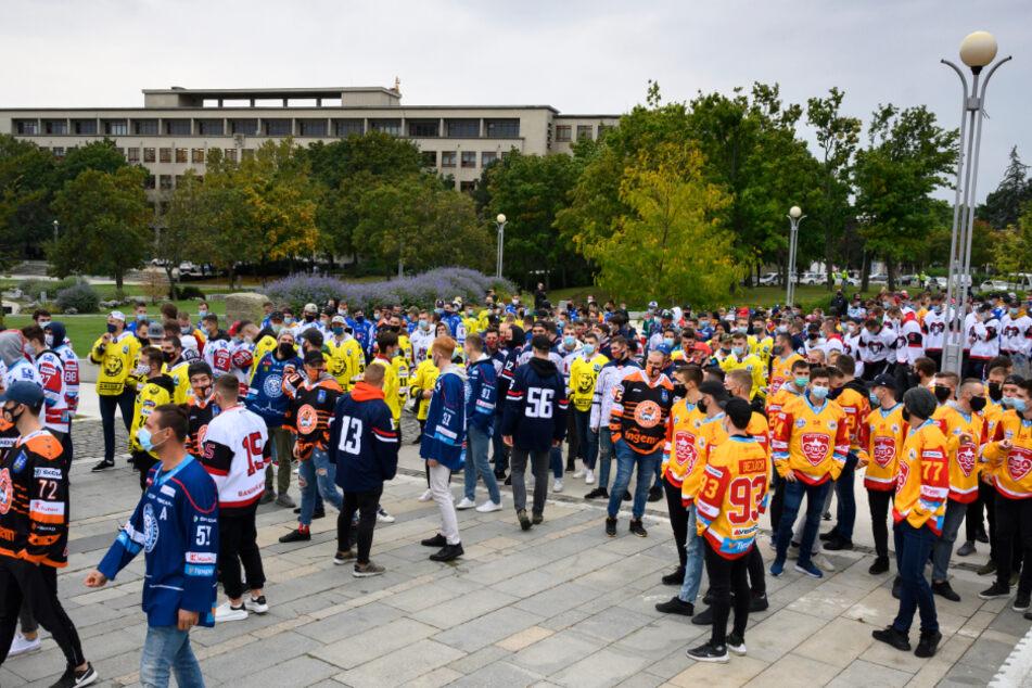 Eishockeyspieler protestieren vor dem Regierungsamt gegen Corona-Maßnahmen der slowakischen Regierung. Wegen der zuletzt rasant gestiegenen Zahl an Corona-Infektionen hat die slowakische Regierung am Mittwoch den Notstand ausgerufen.