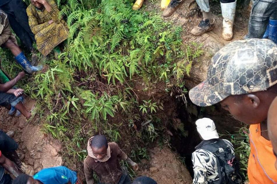 Menschen versammeln sich am Ort des Einsturzes einer Goldmine in Kamituga.