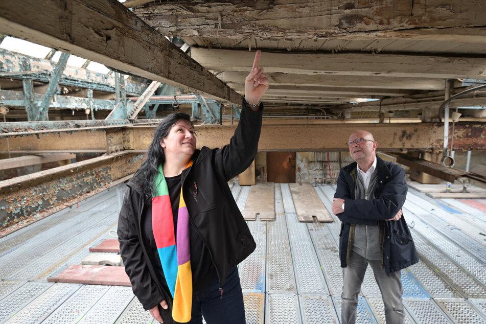 Museums-Leiterin Claudia Großkopp (43) und Stefan Tschök (64) begutachten den Bauzustand der alten Schmiede.