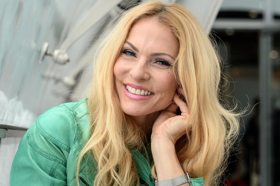 Normalerweise fährt Sonya Kraus (47) in der kalten Jahreszeit gern in wärmere Regionen. Doch dies ist ja leider im Moment nicht möglich (Archivbild).