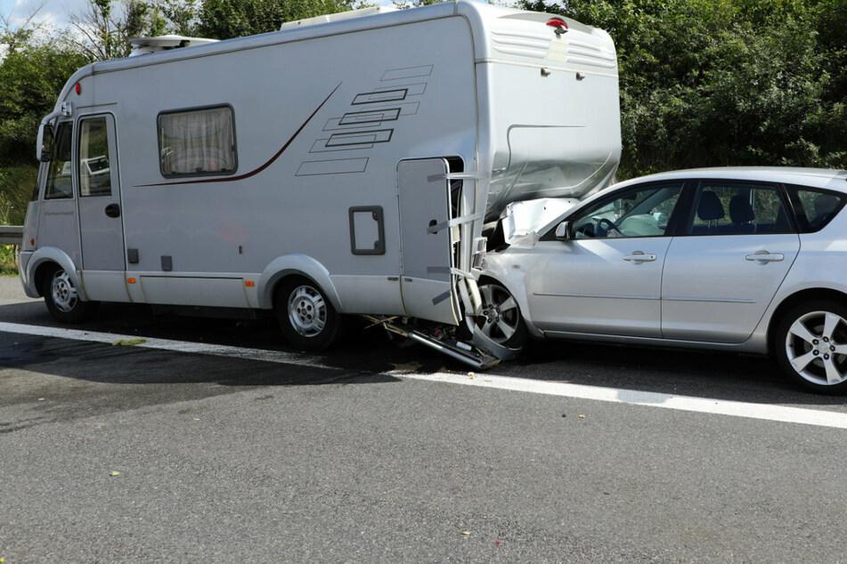 Unfall A4: Heftiger Crash auf A4: Mazda kracht in Wohnmobil