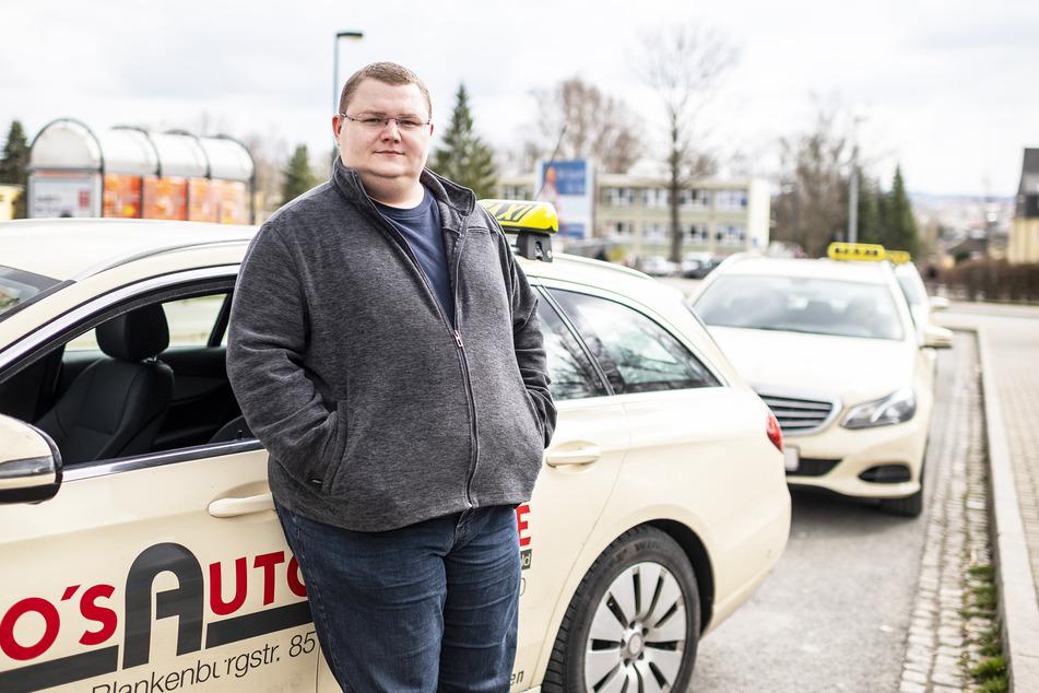 Taxifahrer wie Toni Schönheider (24) müssen derzeit vor allem auf Kunden warten.