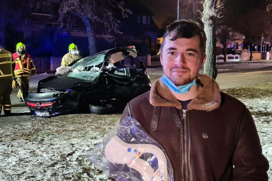 Der ehrenamtliche Feuerwehrmann Philipp Kockegei steht vor dem Wrack des Opels an der Unfallstelle in Blankenfelde-Marlow (Landkreis Teltow-Fläming).