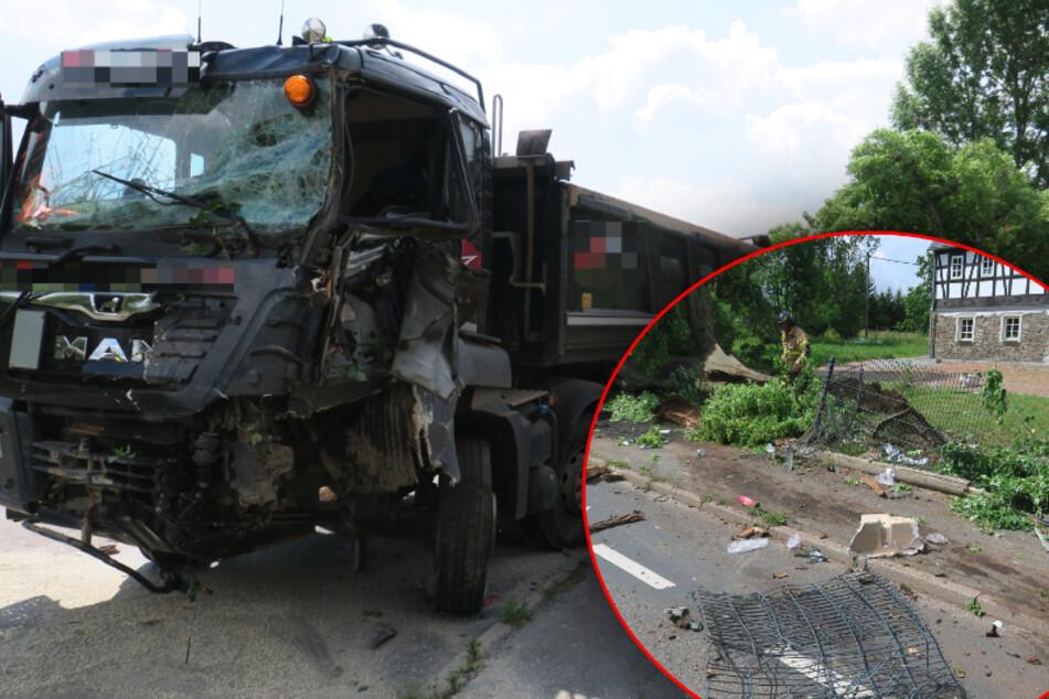 Erzgebirge: Laster fällt Baum und hinterlässt ein Schlachtfeld!