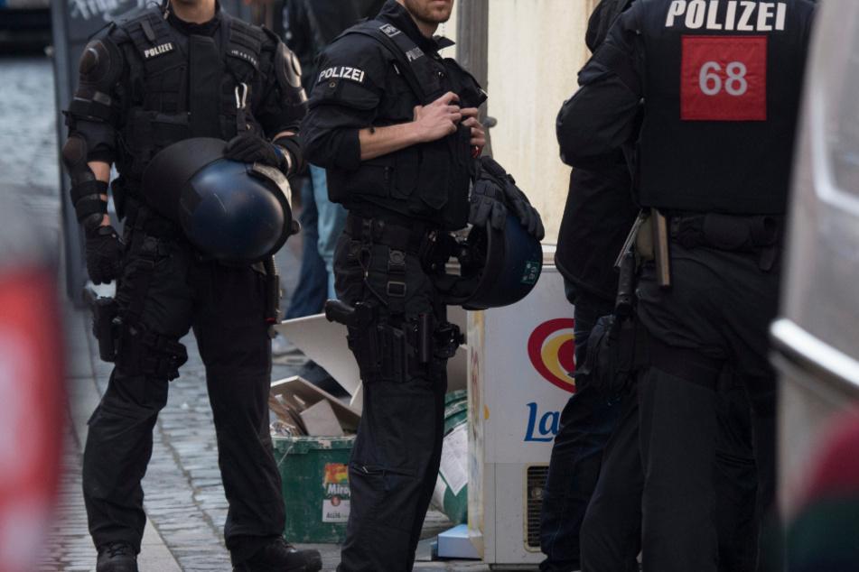 Polizei will nach Unfall mit Taxi ermitteln, plötzlich umringt sie ein wütender Mob