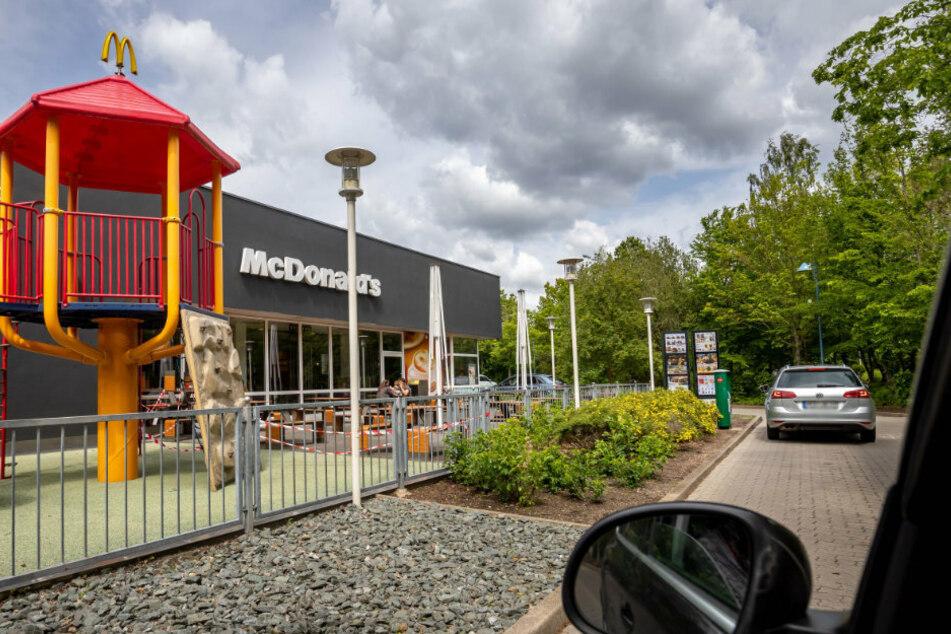 Am Drive-in von McDonalds im Neefepark soll Balzer absichtlich einen Honda gerammt haben und danach geflüchtet sein.