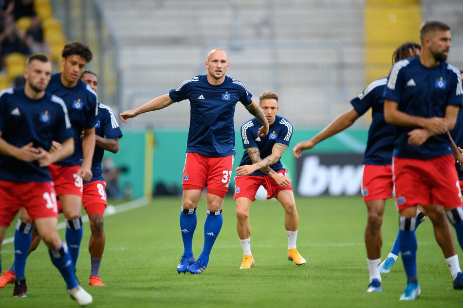 Toni Leistner (M) wärmt sich mit seinen Team-Kollegen vor dem Spiel in Dresden auf.