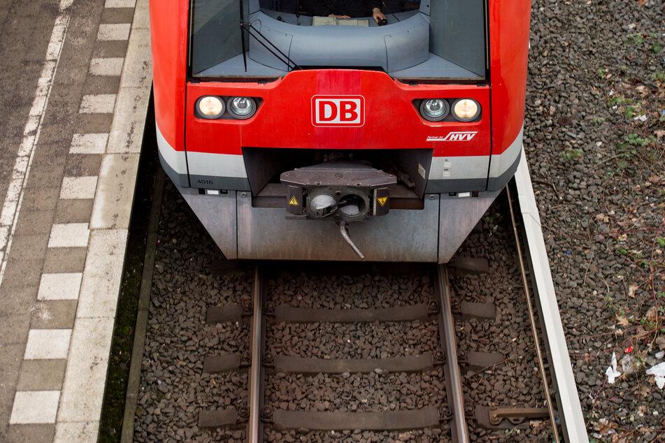 In Troisdorf ist ein Mann vor eine Bahn gesprungen und dann geflüchtet (Symbolbild).