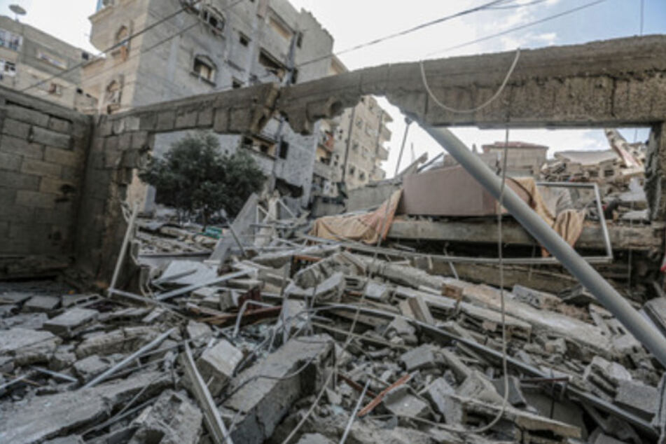 Palästinensische Autonomiegebiete, Gaza-Stadt: Ein Wohnhaus, das am Morgen von einem israelischen Luftangriff getroffen wurde und eingestürzt ist.