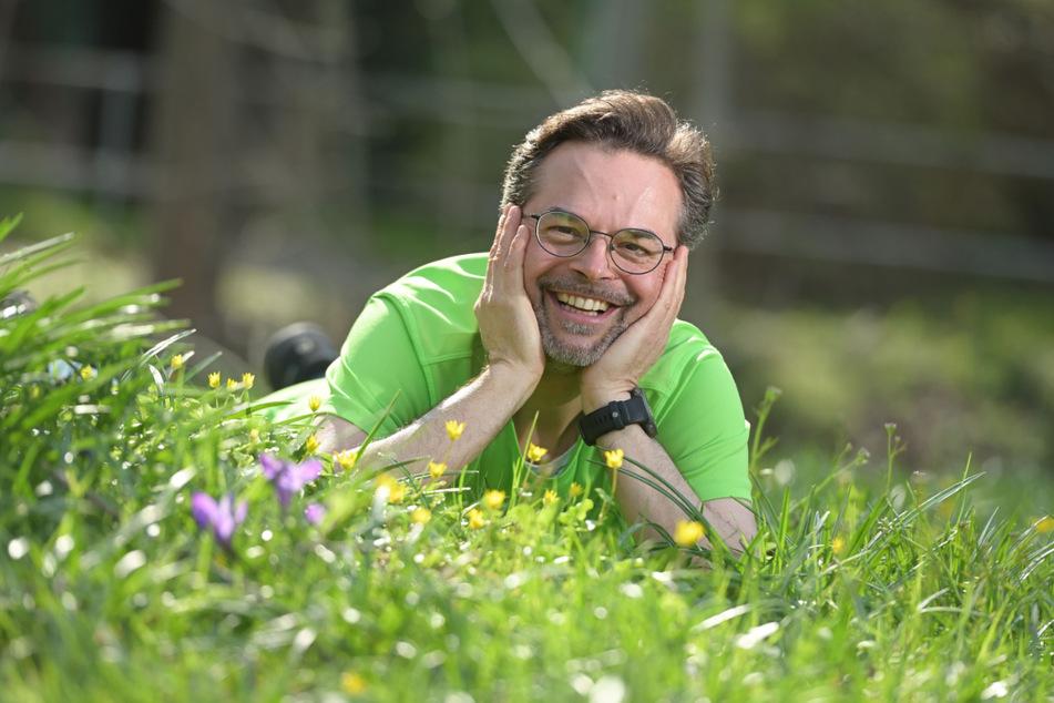 Thomas Lörinczy (50) auf der Blühwiese zwischen Kappelbach und Chemnitz. Er will sich mit der V³-Partei für die Chemnitzer Natur im Bundestag stark machen.