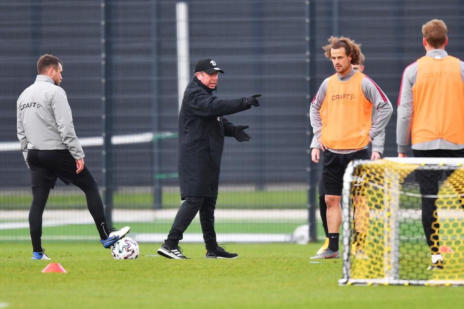 Trainer Markus Kauczinski (51, 2.v.l.) beim Training mit Justin Löwe (22, l.), Yannick Stark (30, 2.v.r.) und Christoph Daferner (23).