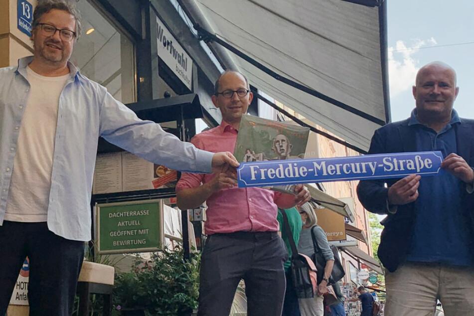 Die SPD-Stadträte Lars Mentrup, Nikolaus Gradl und Christian Vorländer (v.l.n.r.) zeigen das Schild der neuen Freddie-Mercury-Straße.