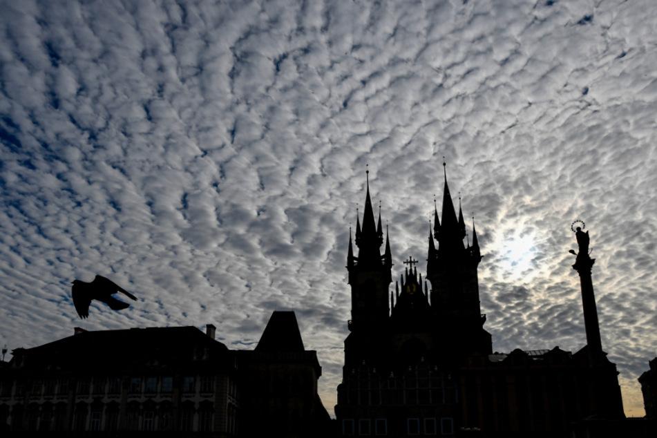 Tschechien, Prag: Am Himmel über Prags Altstädter Ring mit Blick auf die Mariensäule ziehen Wolken auf.