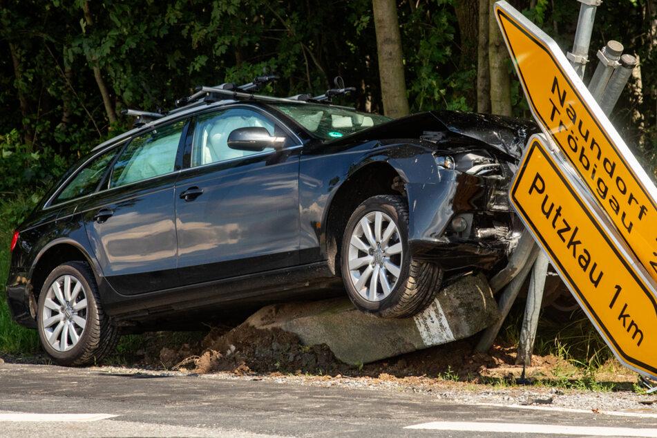 Die Fahrerin des schwarzen Audis verlor aus bisher ungeklärter Ursache die Kontrolle über ihren Wagen und knallte in gleich drei Richtungsschilder und eine historische Wegesäule.