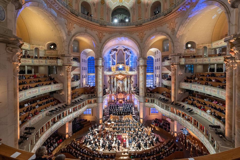 Dezember 2019. Besucher verfolgen das ZDF-Adventskonzert in der Frauenkirche mit der Sächsischen Staatskapelle und internationalen Solisten. In diesem Jahr wird die Aufzeichnung ohne Publikum stattfinden.