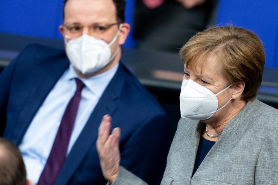 Bundeskanzlerin Angela Merkel (66, CDU) steht im Bundestag neben Gesundheitsminister Jens Spahn (40, CDU).