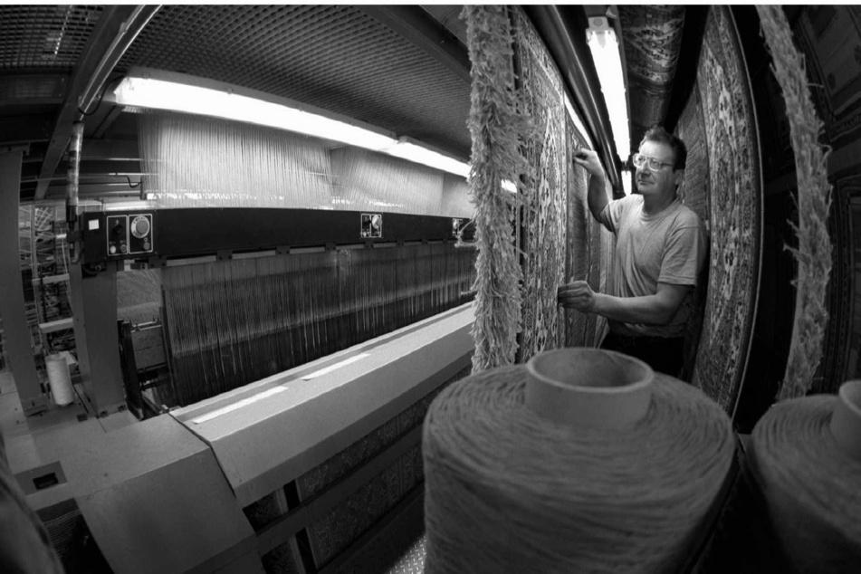 Blick in die moderne Teppichproduktion bei Halbmond: Helmut Heinze arbeitet an einer Doppelteppich-Webmaschine.