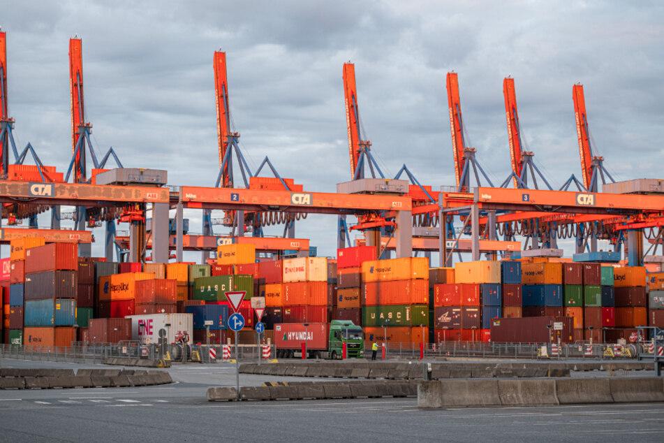 Auf dem Container Terminal Altenwerder (CTA) werden die Container in Blöcken übereinander gelagert.