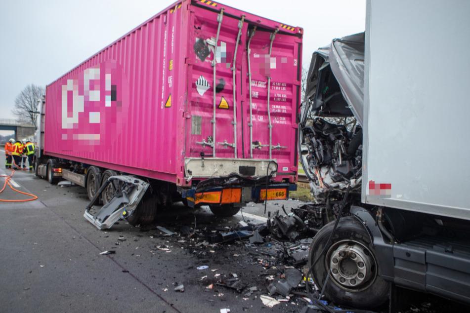 Tödlicher Lastwagen-Unfall auf der A1: Fahrer in Kabine eingeklemmt