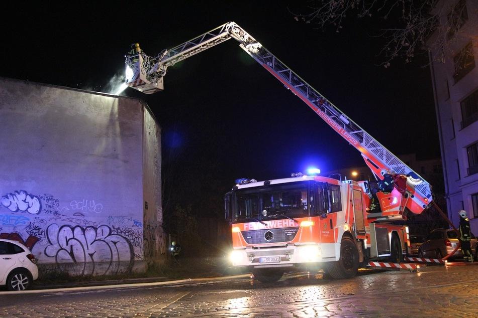Leipzig: Einsatz mit Drehleiter: Feuer bricht in Baracke aus