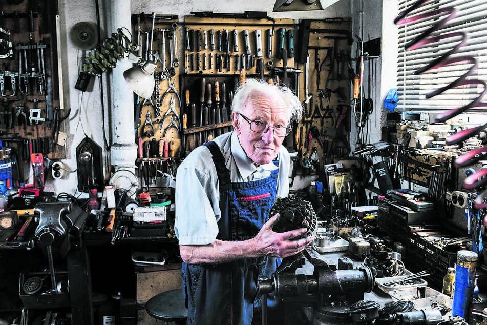 Mit 91 Jahren noch immer kein bisschen arbeitsmüde: Kfz-Elektromeister Günter Ottinger.