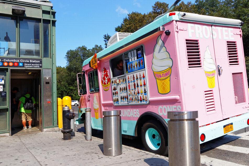 Ein Eis-Wagen steht an einem Straßenrand. (Symbolbild)