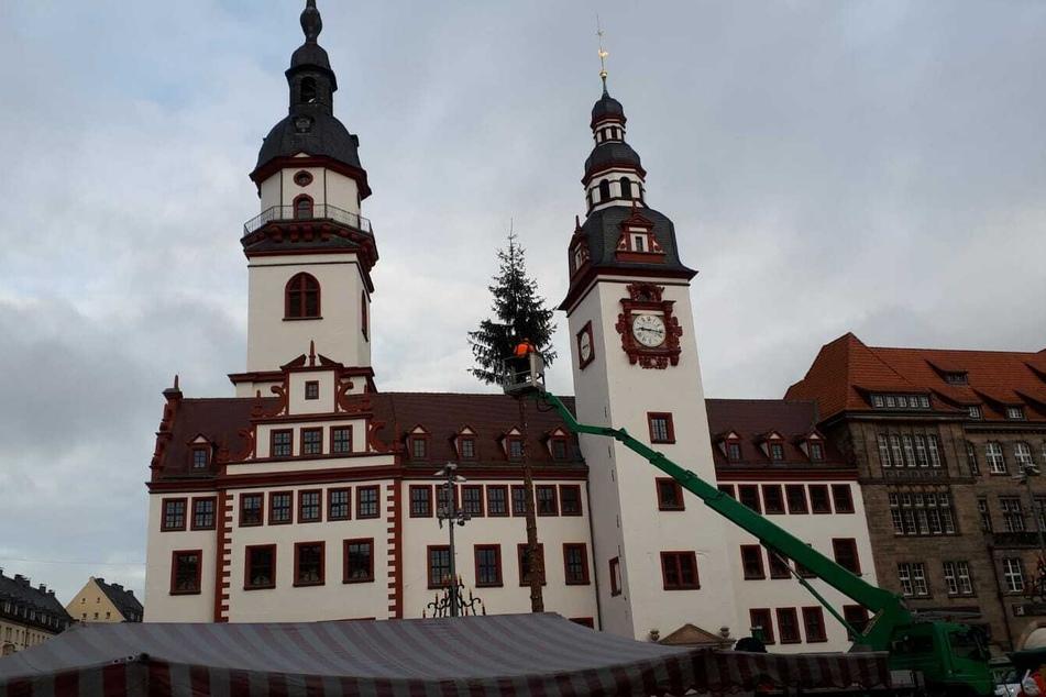 Am Freitag wurde der unstabile Weihnachtsbaum in Chemnitz stückweise abgetragen.