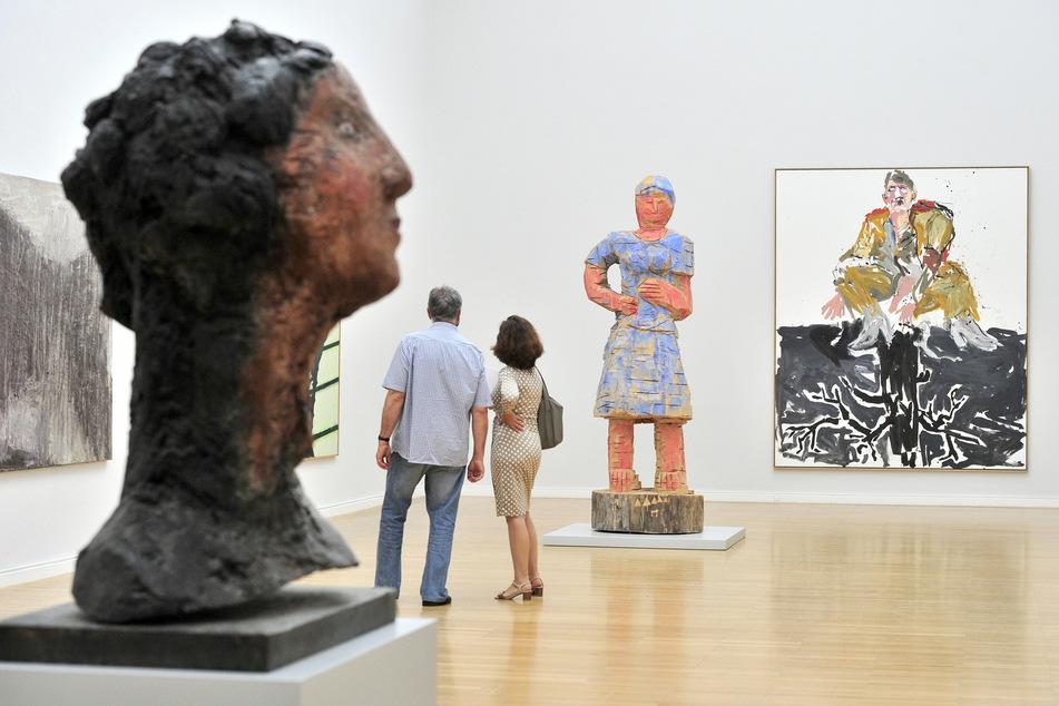 Besucher blicken sich in der Jubiläumsausstellung der Kunstsammlungen um.