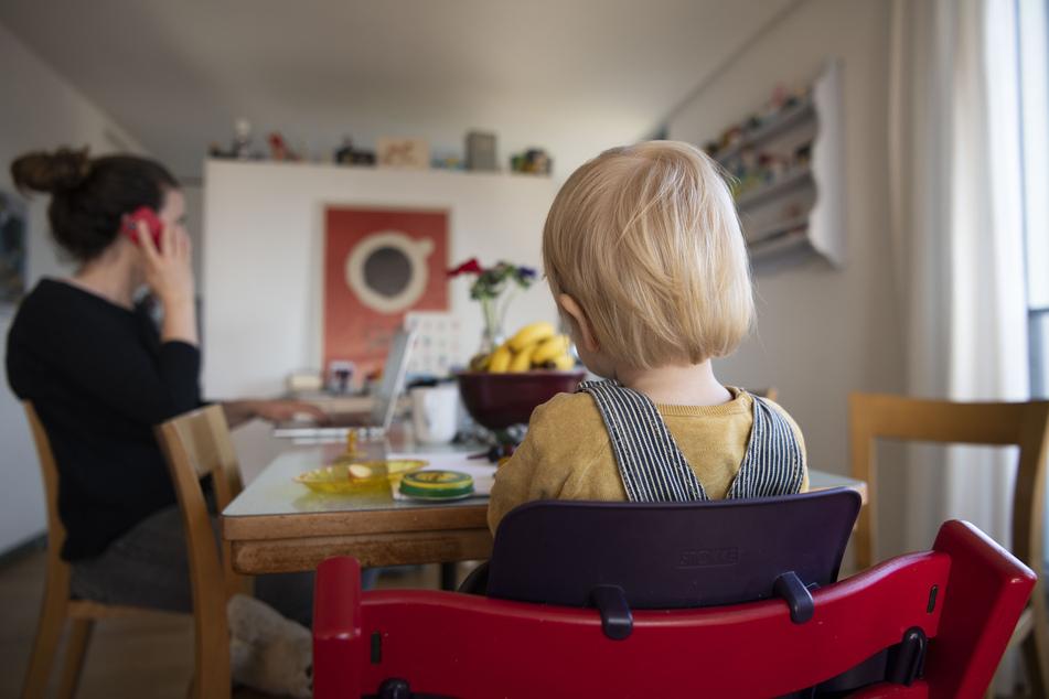Die Belastungssituation der Eltern müsse laut SPD auch nach der Corona-Krise für die Betreuung der Kinder ein Maßstab sein. (Symbolbild)
