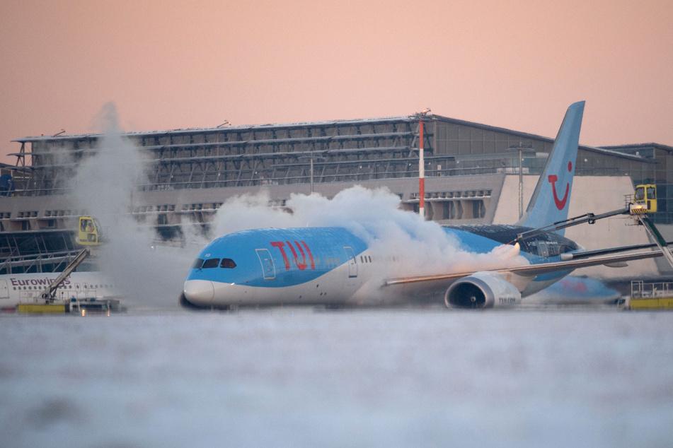 Ein Flugzeug wird am Stuttgarter Flughafen vor dem Start enteist.
