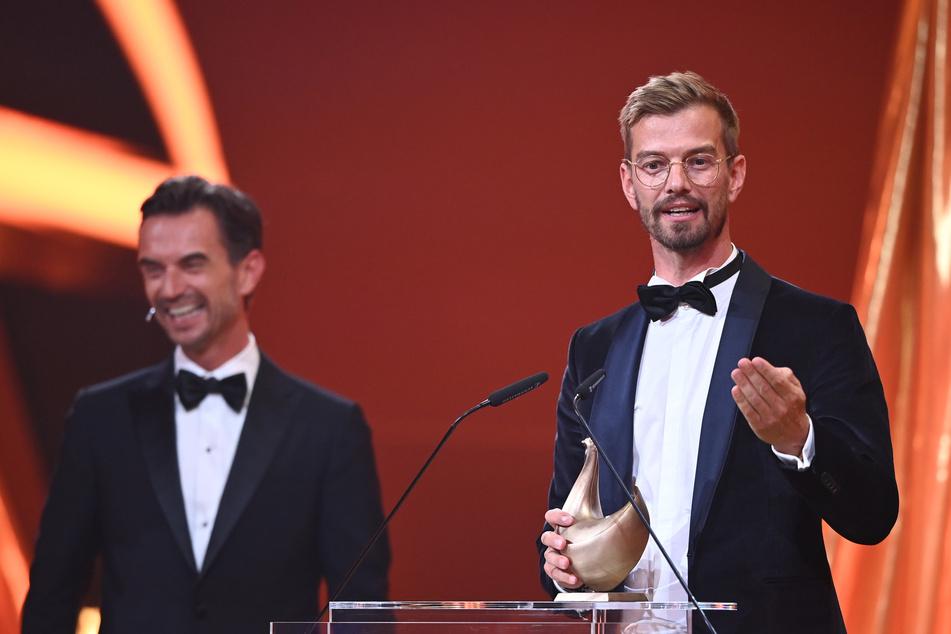 Joko Winterscheidt (42, r.) bekam die Auszeichnung von Laudator Florian Silbereisen (40) überreicht.