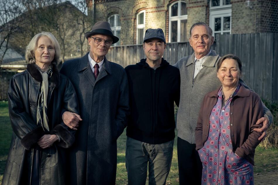 """Das """"Honecker und der Pastor""""-Ensemble (von links): Margot Honecker (Barbara Schnitzler, 68), Erich Honecker (Edgar Selge, 72), Jan Josef Liefers (56, Regisseur/Produzent), Uwe Holmer (Hans-Uwe Bauer, 65), Sigrid Holmer (Steffi Kühnert, 56)."""