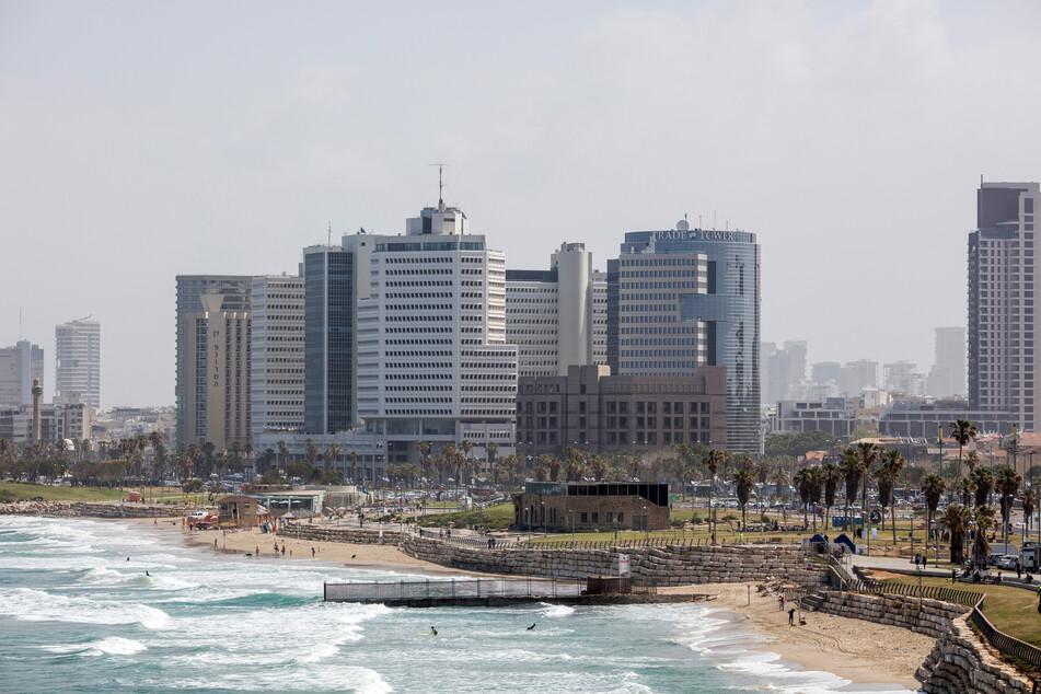 Ein Blick auf die Skyline an der Seepromenade in Tel Aviv.