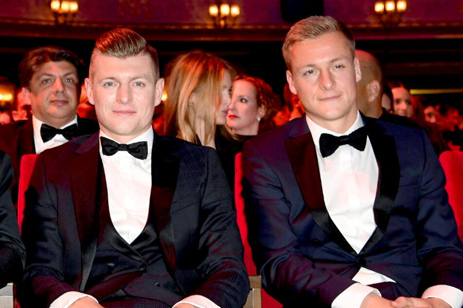 """Toni (l.) und Felix Kroos betreiben gemeinsam den Fußball-Podcast """"Einfach mal Luppen""""."""