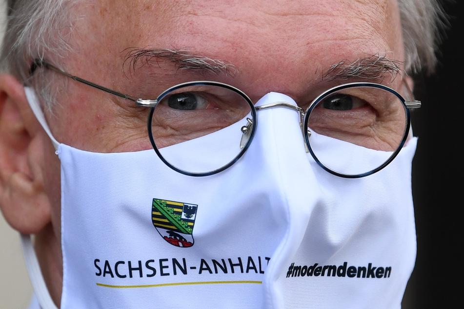 Hinter dieser Maske steckt Reiner Haseloff (CDU), der Ministerpräsident von Sachsen-Anhalt.