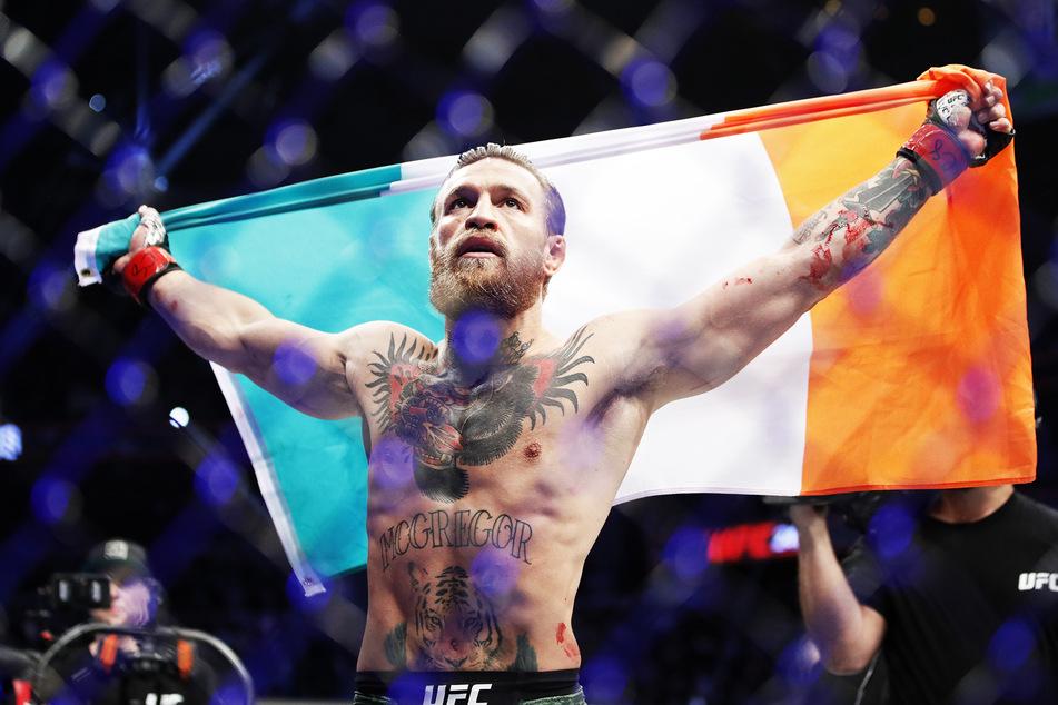 Conor McGregor feiert nach einem Sieg.