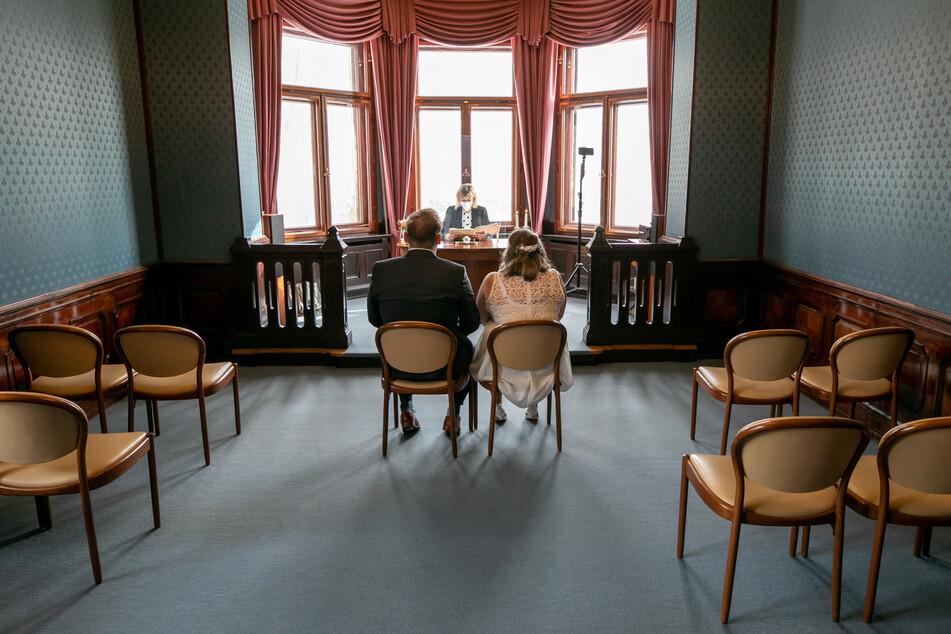 Ganz allein haben Bräutigam Karl (27) und seine Braut Josefine (31) vor der Standesbeamtin Platz genommen.