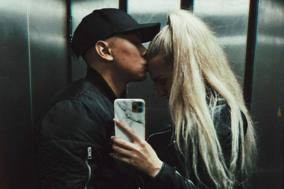 Laura Vetter (24) wird von ihrem Freund Tutty Tran (33) auf die Stirn geküsst, der sie nach den Dreharbeiten oftmals aufbauen musste.