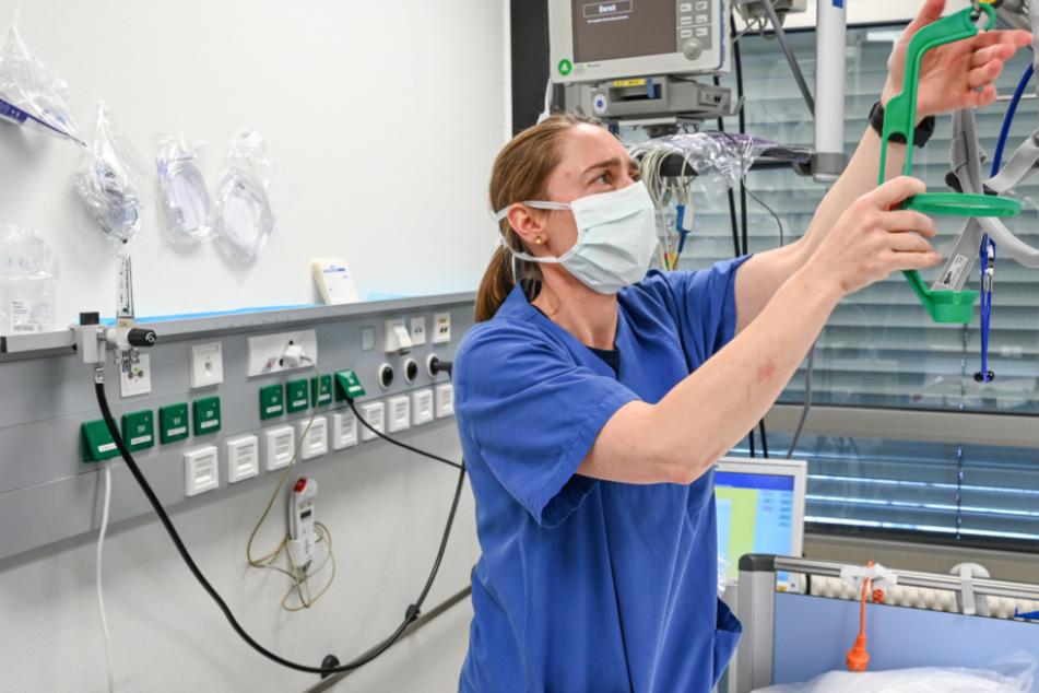 Anästhesistin und Flottillenarzt Thierbach richtet ein Intensivbett für einen Coronapatienten im Bundeswehrkrankenhaus in Ulm ein.