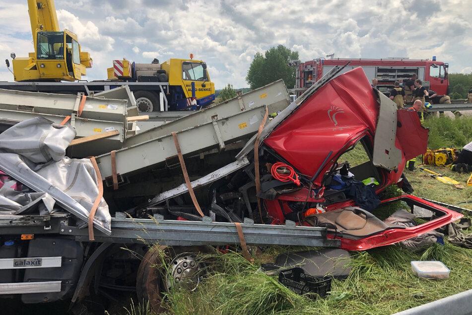Ein Lkw war am Freitag auf der A38 in Richtung Göttingen von der Fahrbahn abgekommen und schwer verunglückt.
