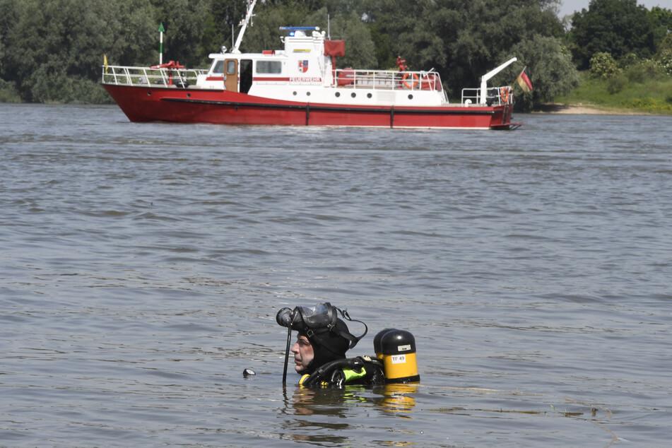 Taucher haben im Rhein bei Duisburg eine 17-Jährige nach einem Badeunfall aus dem Wasser gezogen. Die Jugendliche starb im Krankenhaus.