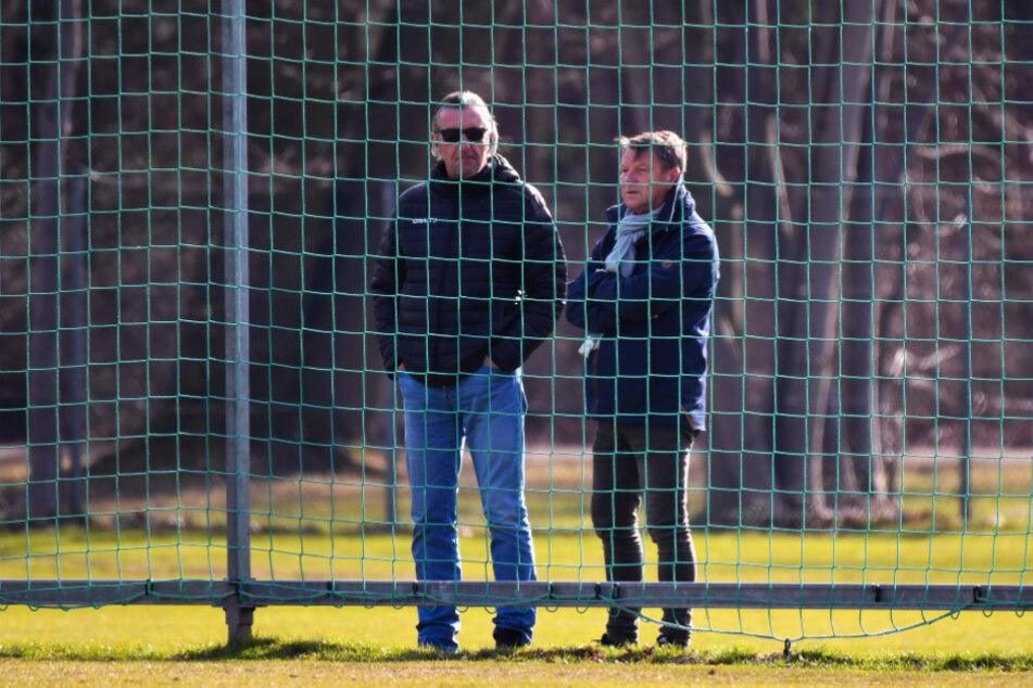 """Spielten fünf Jahre zusammen, arbeiteten später miteinander. Hier schauen Ralf Minge (l.) und """"Dixie"""" Dörner noch im Großen Garten beim Training zu."""