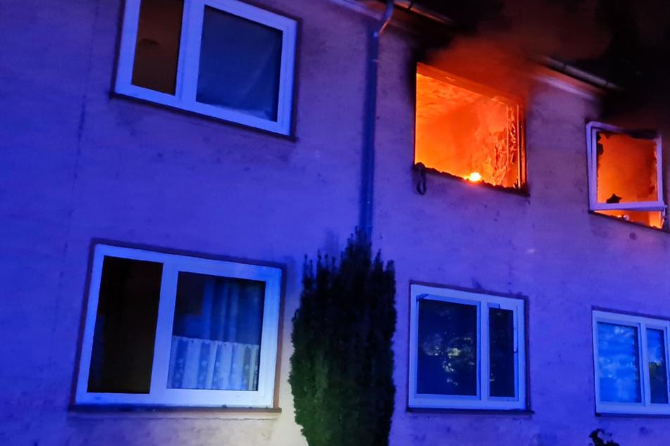 Offene Flammen schlagen aus einer Wohnung im Obergeschoss. Eine Person wurde bei dem Brand in Delmenhorst lebensgefährlich verletzt.