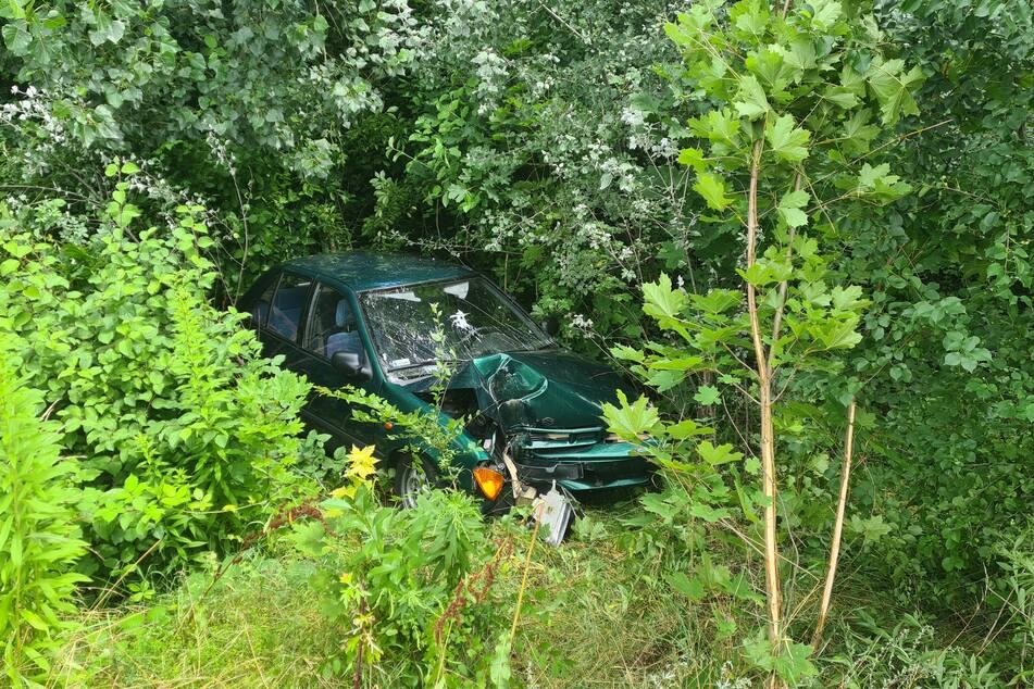 Nach dem Zusammenstoß mit der Laterne wurde das Unfallfahrzeug in die Böschung geschleudert.