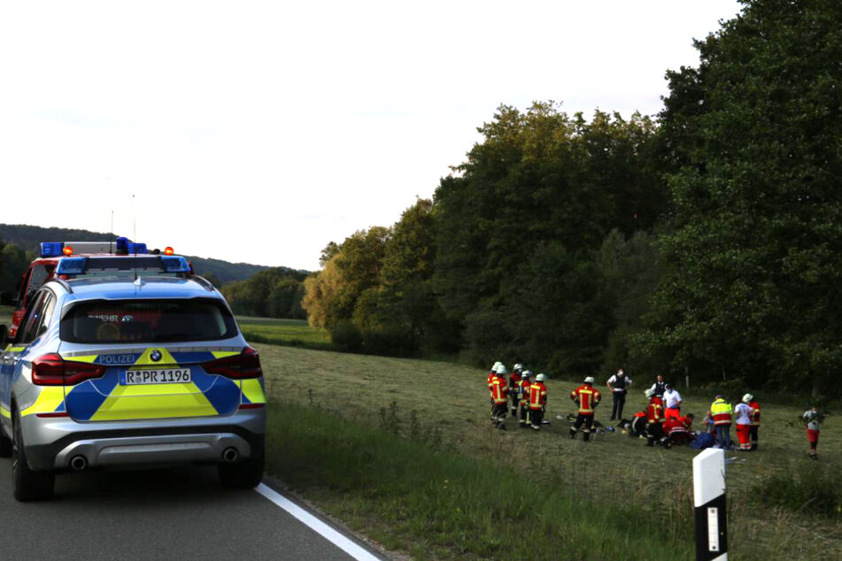 Einsatzkräfte kümmern sich um den schwer verletzten Biker.