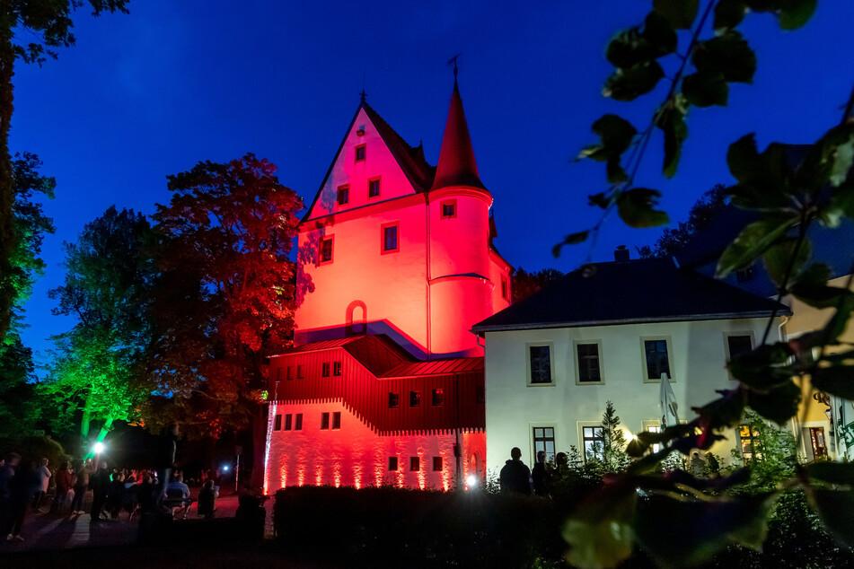 Das Schloss Schlettau leuchtete am Samstagabend in bunten Farben.