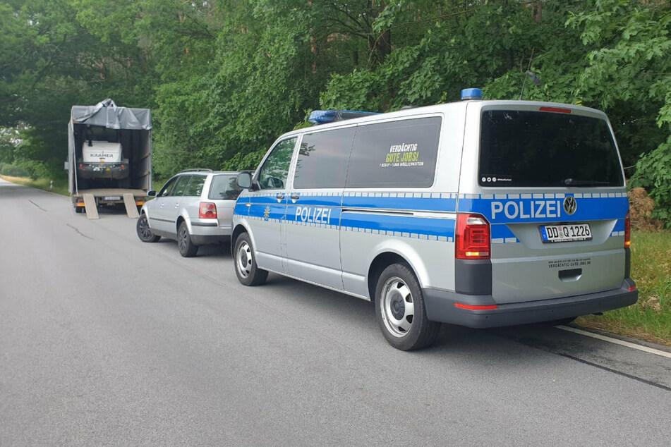 Neben dem Lkw stoppten die Beamten einen silbergrauen VW, der sich in der Nähe aufhielt.