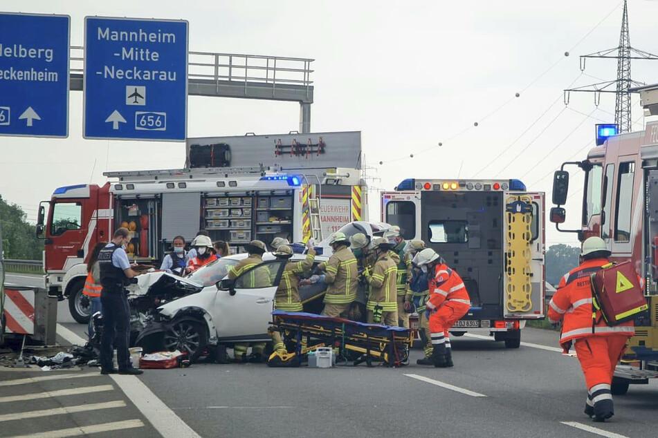 Rettungskräfte befreien die Frau aus dem Auto.