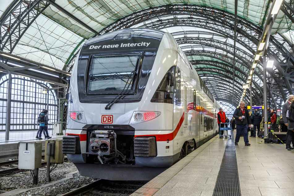 Ein IC-Zug steht im Dresdner Hauptbahnhof.