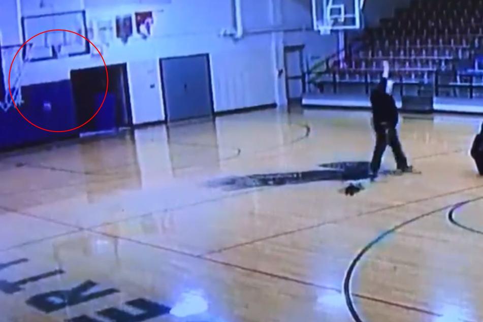 Rücklings warf der Hausmeister den Ball in den Korb als sei es das Leichteste der Welt.